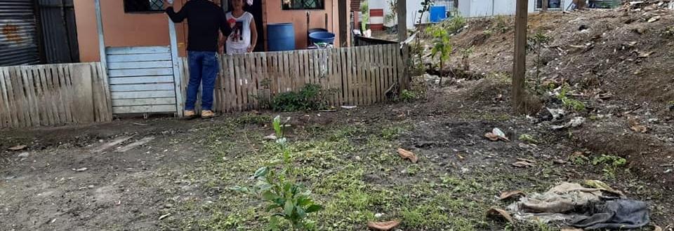 ENTREGA DE ARRASADOR PARA FUMIGACION Y MASCARILLAS CON PERSONAL DEL CENTRO CULTURAL.
